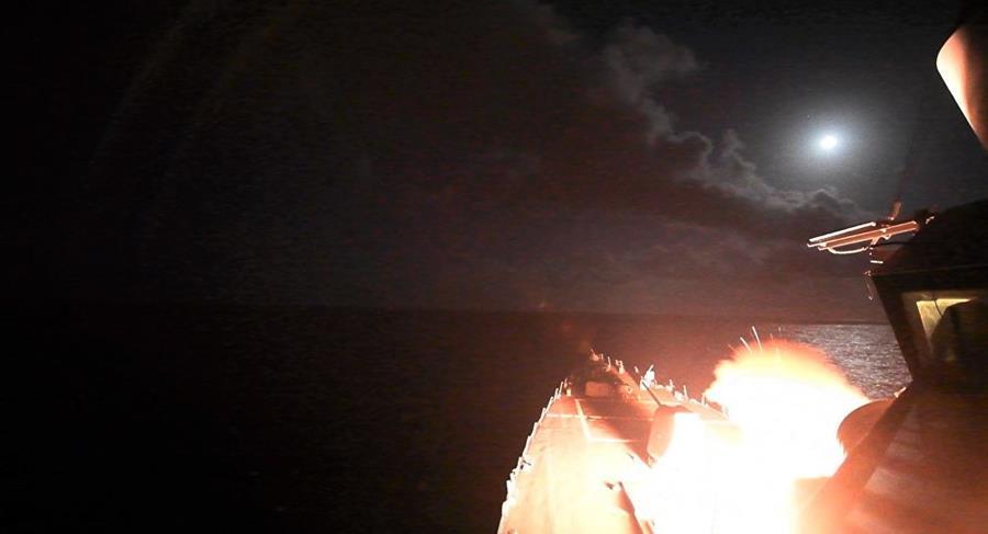 Ataque estadounidense a una base aérea del Ejército sirio cerca de Homs cuenta con el apoyo de los aliados. (Foto Prensa Libre: AFP)