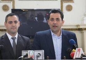 El presidente del Congreso, Óscar Chinchilla, indica que licitan líneas celulares para los diputados. (Foto Prensa Libre: Congreso)