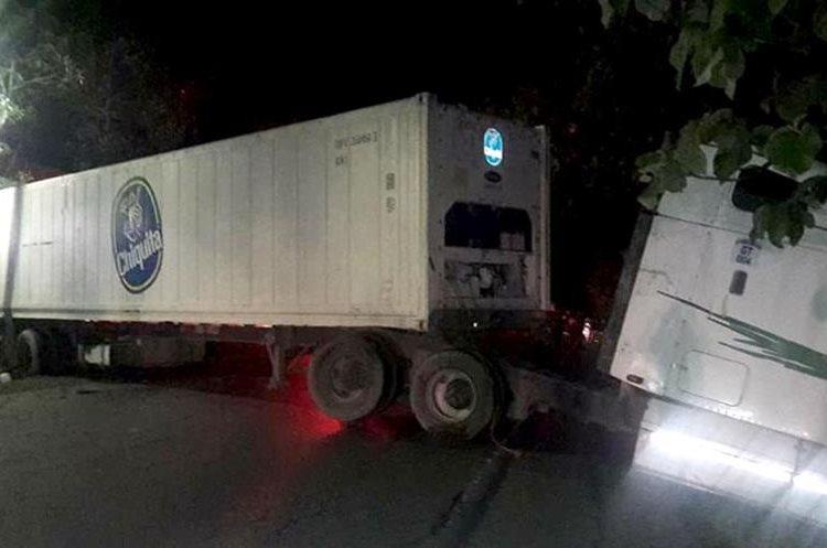 El tráiler que protagonizó el accidente quedó cruzado sobre al ruta al Atlántico. (Foto Prensa Libre: Dony Stewart)