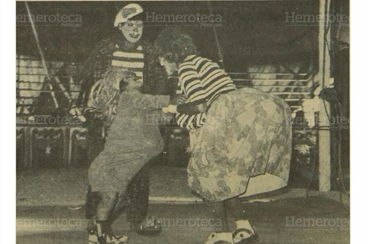Los payasos que hacen que niños y papás se reían de sus ocurrencias. durante la presentación  circense  del17/9/1984 . (Foto: Hemeroteca PL)