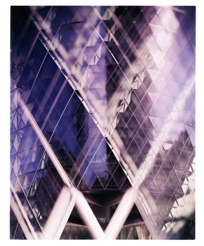 """""""Esta foto forma parte de una serie que trata de jugar con las imperfecciones y las técnicas incorrectas en la fotografía arquitectónica"""", explica su autor, James Tarry. """"El modelo de cámara Kodak Ektachrome, que dejó de producirse, se utilizó con los químicos incorrectos para producir estos grandes bloques de color que parecen de otro mundo. Son colores defectuosos y esperanzadoramente desafiantes, al igual que algunos de los propios edificios"""". Es el 30 St Mary Axe, el edificio conocido como The Gherkin (el pepinillo) por su forma, de Londres. JAMES TARRY"""