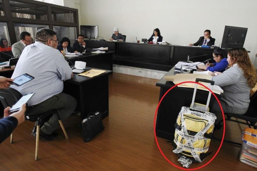 La maleta de Castañeda Derás es evidencia dentro del juicio en su contra. (Foto Prensa Libre: Paulo Raquec)