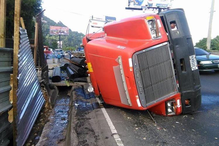 Un tráiler volcó en el kilómetro 10.5 de la ruta a El Salvador, provocando fuerte congestionamiento vehicular. (Foto Prensa Libre: Estuardo Paredes)