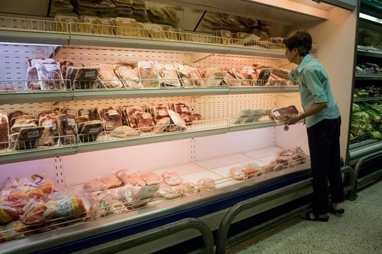 A la crisis de alimentos que vive Venezuela, se suma la medida de acortar el servicio en centros comerciales. (Foto Prensa Libre: EFE)
