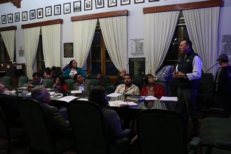 Hugo Urízar, jefe de Gestión de Riesgos de la Municipalidad de Quetzaltenango, durante presentación del plan de invierno ante el Consejo. (Foto Prensa Libre: María José Longo)