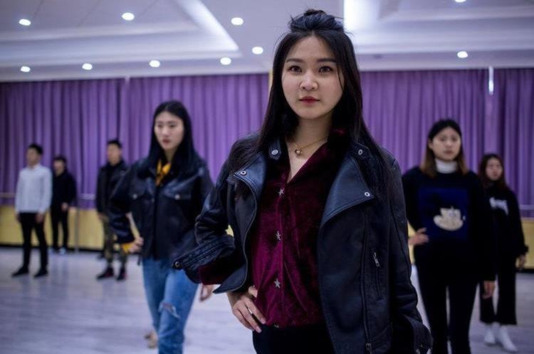 Muestra a Wang Xin asistiendo a una clase de baile en el Yiwu Industrial & amp; Commercial College en Yiwu, provincia de Zhejiang, al este de China. (Foto Prensa Libre: AFP)