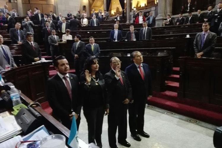 Los representantes titular y suplente del Congreso ante la junta directiva de Renap prestan juramento frente al Pleno. (Foto Prensa Libre: Congreso)