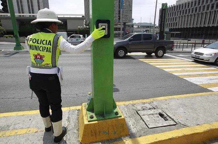 Una agente de PMT cambia manualmente uno de los Semáforos inteligentes instalado en el Centro Cívico. (Foto Prensa Libre. Carlos Hernández)