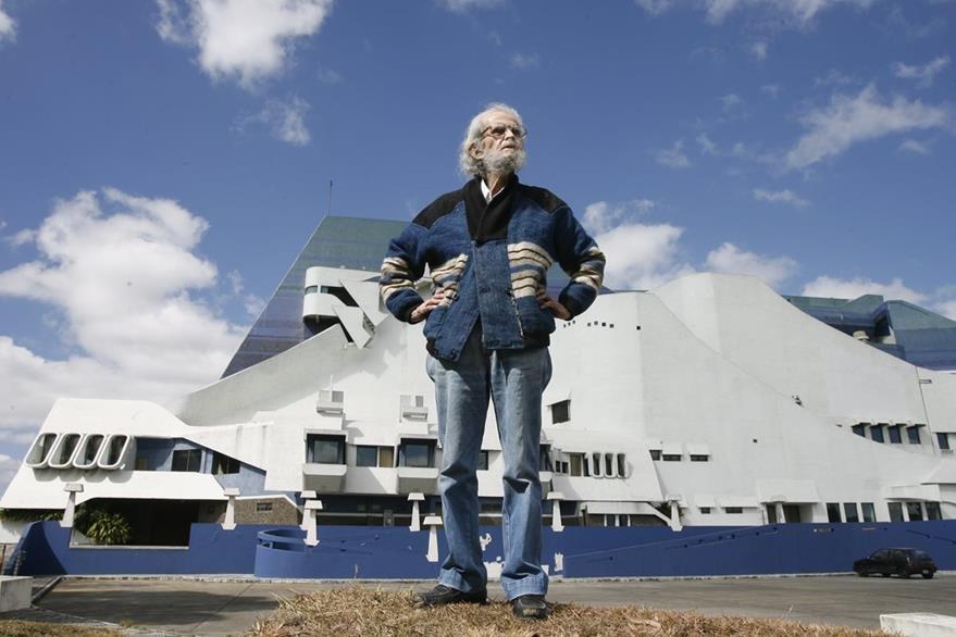 El maestro Recinos posa ante su magna obra, el Centro Cultural Miguel Ángel Asturias en 2010. (Foto: Hemeroteca PL)