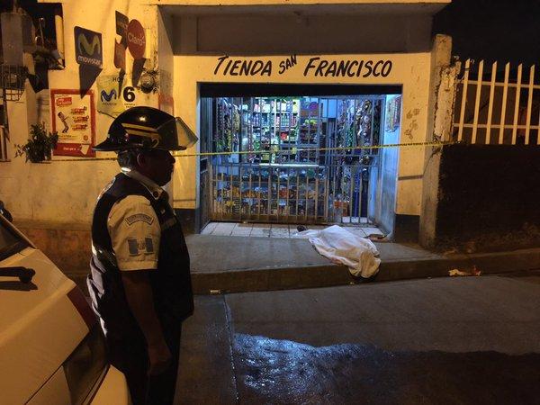 Un Bombero Voluntario observa el cadáver de la víctima, acuchillada frente a una tienda en la aldea Chichimecas, Villa Canales. (Foto Prensa Libre: Cortesía CVB)