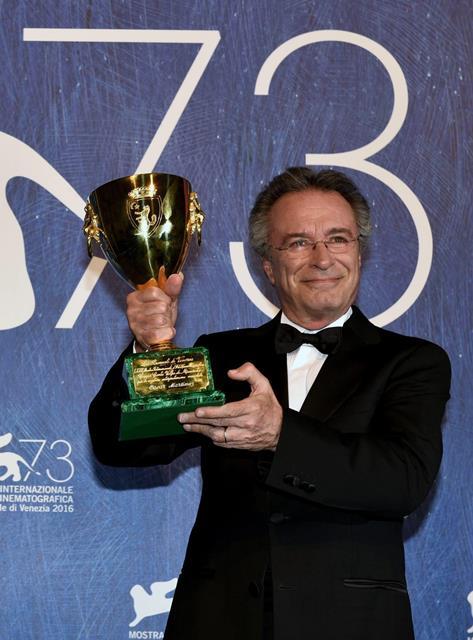 El actor argentino Óscar Martínez sostiene el premio Coppa Volpi por su papel en El ciudadano ilustre. (Foto Prensa Libre: EFE).