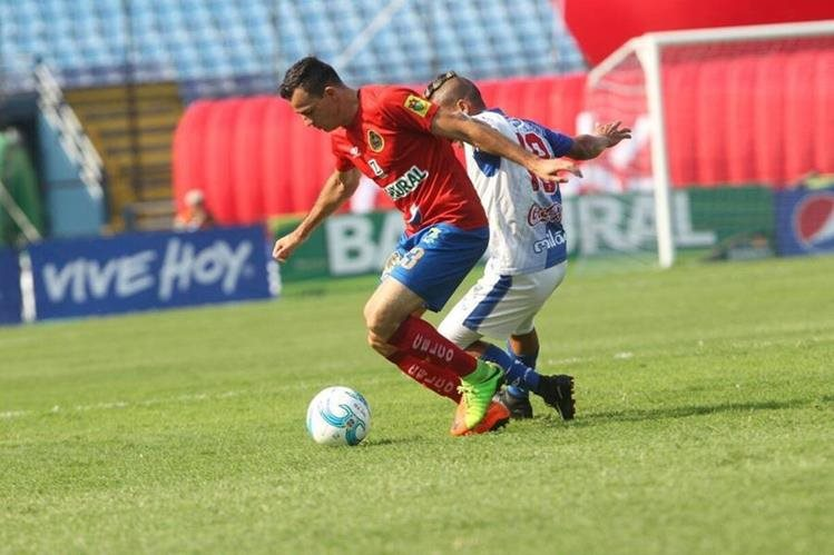 Pappa fue el protagonista del juego al darle el triunfo a Municipal en el último minuto. (Foto Prensa Libre: Norvin Mendoza)