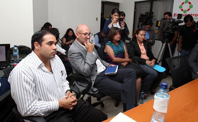 José del Busto y Gerardo Aguirre durante la audiencia en la Bancada de Encuentro por Guatemala. (Foto Prensa Libre: Carlos Vicente).