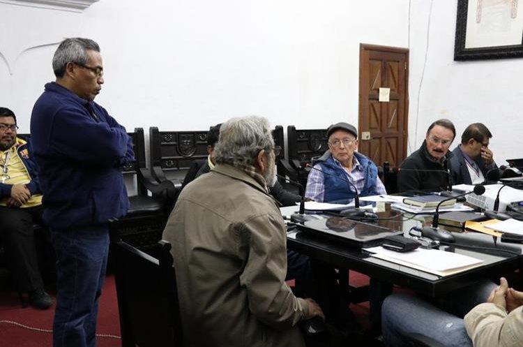 Representantes de la Escuela Taller de Antigua Guatemala exigen al concejo el pago de siete salarios atrasados. (Foto Prensa Libre: Julio Sicán)