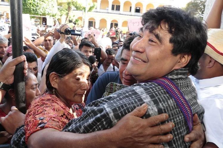 La madre de Bernardo Caal lo abraza luego de conocer la resolución del juez y percatarse de que no quedó en prisión preventiva, aunque si ligado a proceso. (Foto Prensa Libre: Eduardo Sam Chun)