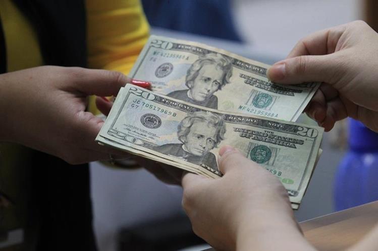Las personas que no poseen cuenta bancaria son los más afectados al momento de cambiar dólares.(Foto Prensa Libre: Hemeroteca PL).