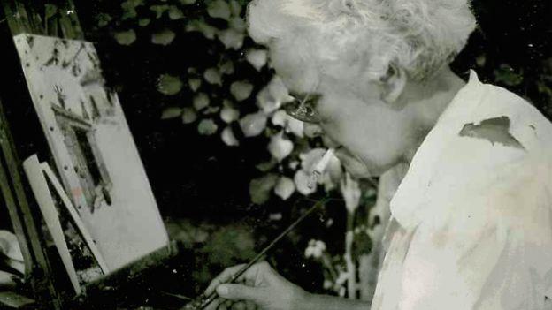 Caridad Mercader, dedicada a la pintura, una de sus principales aficiones. París. Años 60. CORTESÍA DE JEAN DUDOUYT