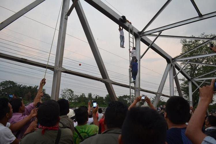 El Bombero Voluntario Marcos Chávez logró evitar el suicidio de Elvin Elías Colop Mendoza. (Foto Prensa Libre: Jorge Tizol)