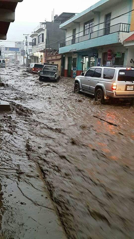 Vehículos tuvieron dificultad para transitar por Almolonga. (Foto Prensa Libre: Cortesía Pedro Poz)
