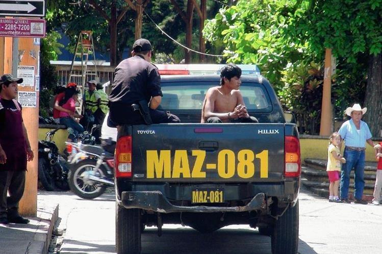 Agentes de la PNC trasladan a uno de los cinco capturados al Hospital Nacional de Mazatenango. (Foto Prensa Libre: Melvin Popá)