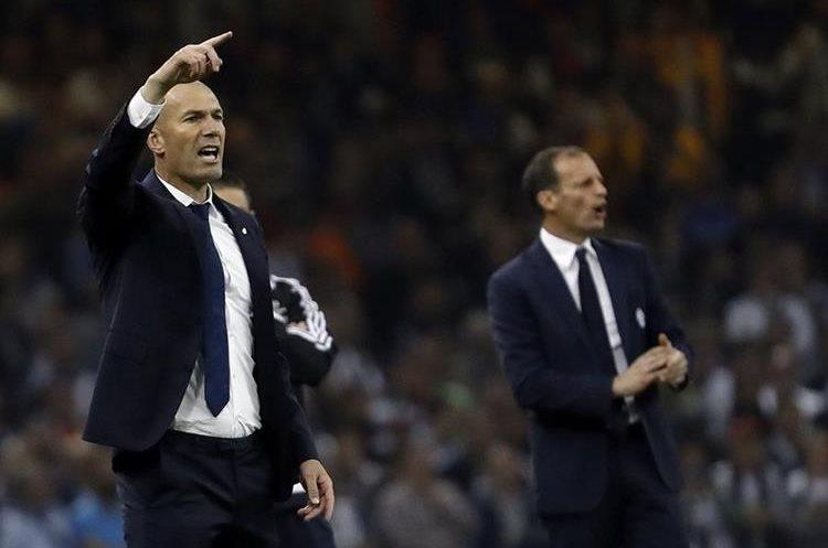 El técnico francés del Real Madrid, Zinedine Zidane (i), durante el encuentro correspondiente a la final de la Liga de Campeones contra la Juventus.