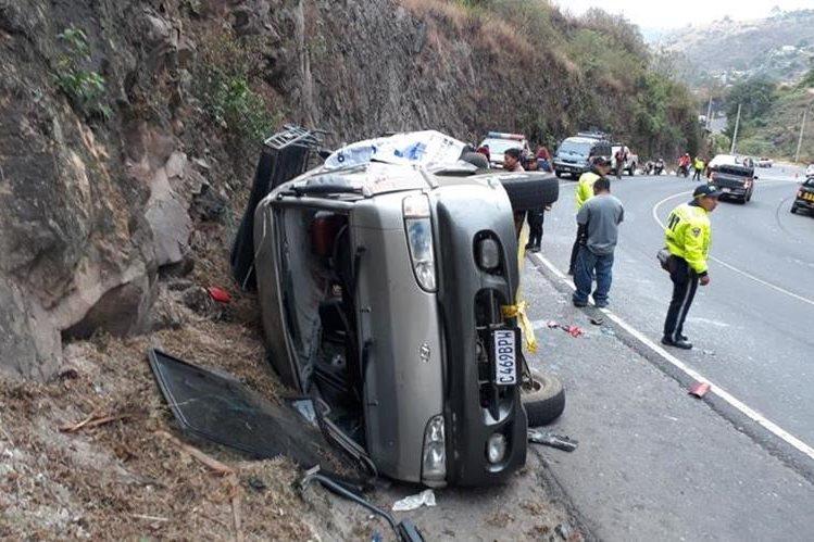 El bus volcó en el km 64 de la Ruta Nacional 14, entre El Tejar, Chimaltenango, y Pastores, Sacatepéquez. (Foto Prensa Libre: Renato Melgar)