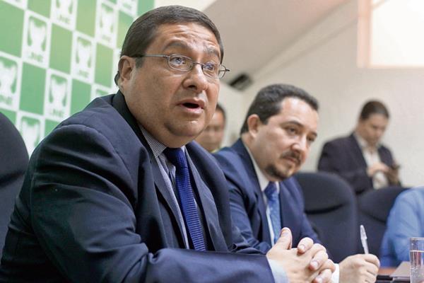 Dorval carias, ministro de Finanzas, y Jorge López, subdirector de Política Fiscal, expusieron ayer, en el Congreso, sobre la crisis que afronta la SAT.
