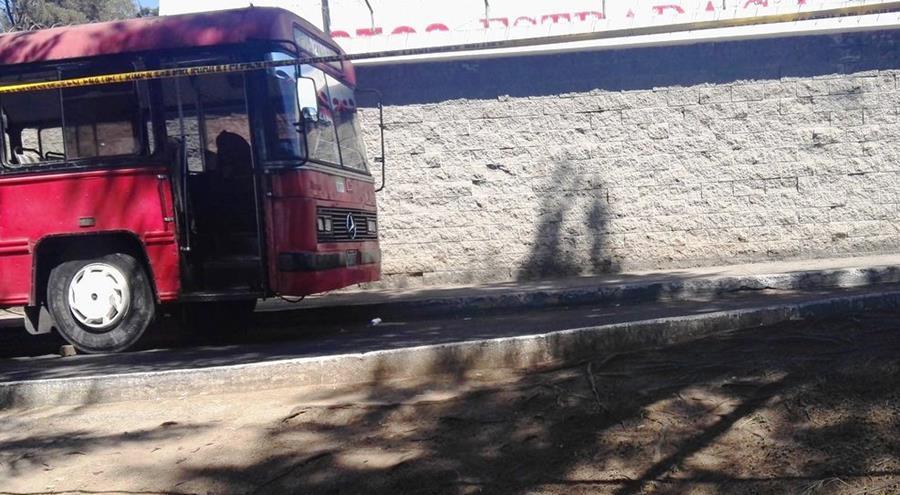El piloto de un autobús de la ruta 204 fue atacado a balazos y murió en la colonia La Reformita, zona 12. (Foto Prensa Libre: Glenda Sánchez)