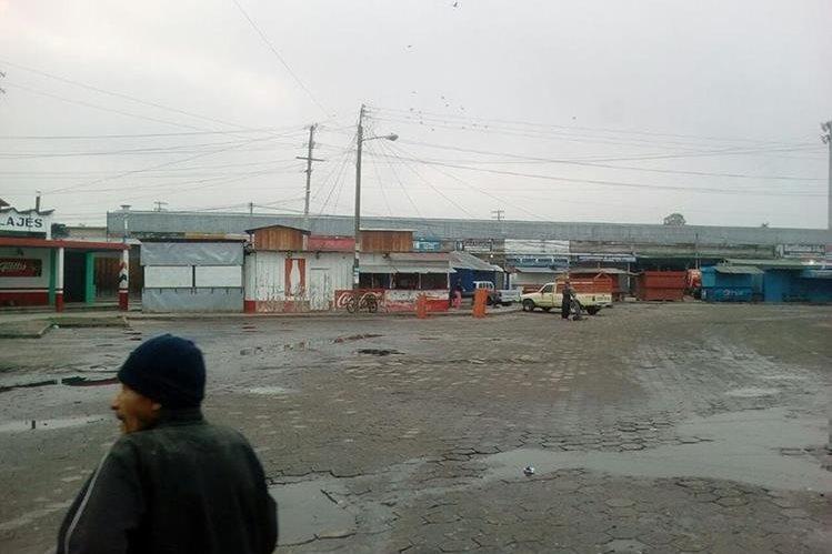 Vecinos de Quiché esperan autobuses para dirigirse a la capital y poblados vecinos. (Foto Prensa Libre: Héctor Cordero)
