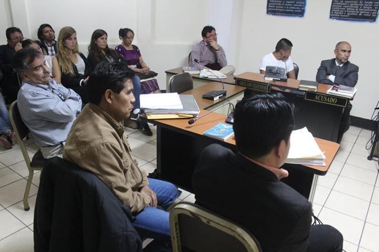 Audiencia en el Tribunal de Sentencia de Sololá, donde hubo participación de una intérprete por el caso de un hombre que fue condenado a 57 años de cárcel por femicidio, asesinato y homicidio preterintencional. (Foto Prensa Libre: Ángel Julajuj)