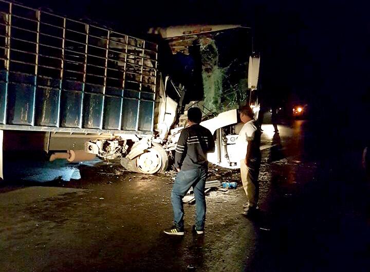 Accidente ocurrió porque camión rebasó en curva. (Foto Prensa Libre: Dony Stewart)