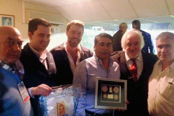 Guillermo Pivaral, Fernando Gómez y Ciro Muralles reciben la plaqueta.