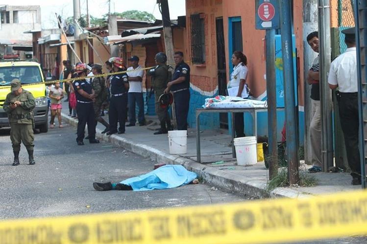 La mujer quedó sobre el pavimento, mientras que la hermana murió en el hospital. (Foto Prensa Libre: Alvaro Interiano)