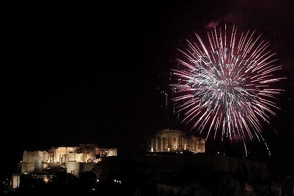 Vista de juegos pirotécnicos sobre el templo del Paternón en la Acrópolis de Ateas, Grecia, país que hoy asume la presidencia de la UE.