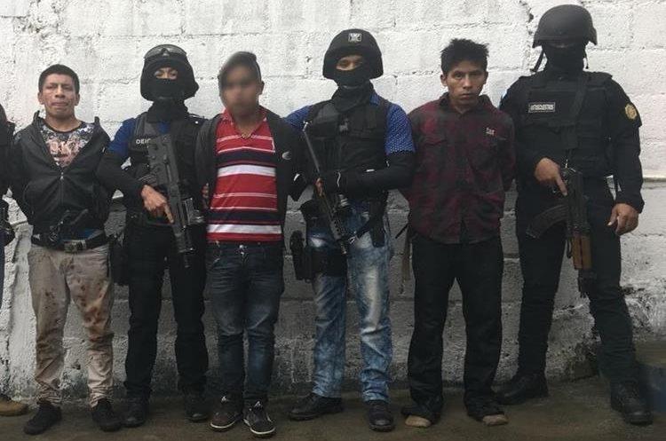 Los presuntos delincuentes fueron sorprendidos cuando intentaban secuestrar a dos personas en Totonicapán. (Foto Prensa Libre: PNC)