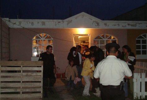 Policías, fiscales y delegados de la PGN, rescatan a cuatro niños en una casa cuna ilegal en Quetzaltenango. (Foto: PNC)