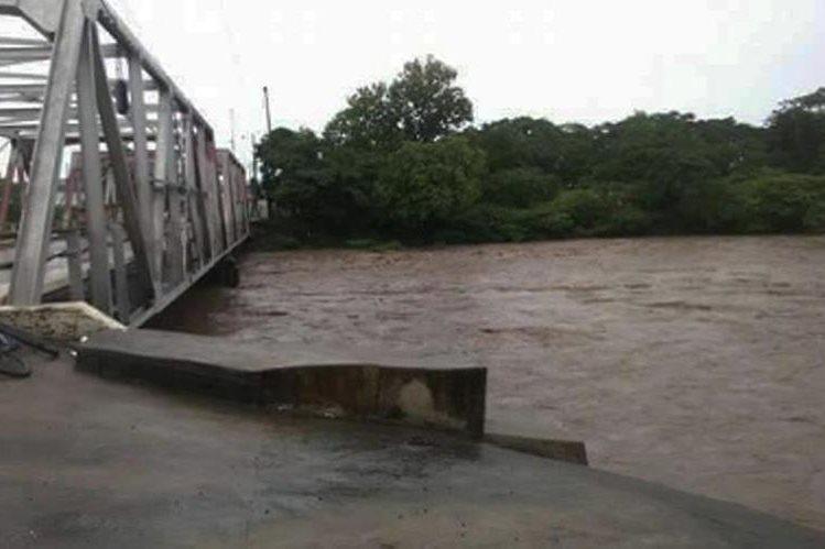 Caudal del río Paz amenaza con dañar estructura de puente Manuel Arce, en Moyuta, Jutiapa.
