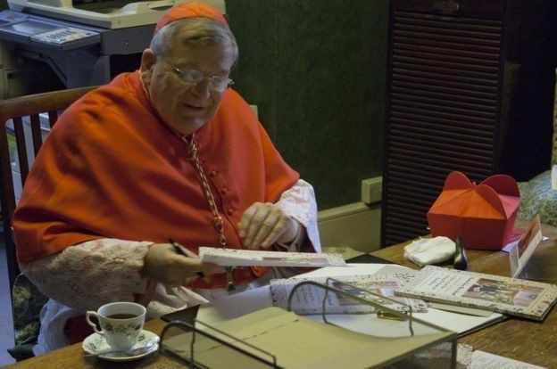 Raymond Burke fue nombrado cardenal por el papa Benedicto XVI en 2010. LATIN MASS SOCIETY