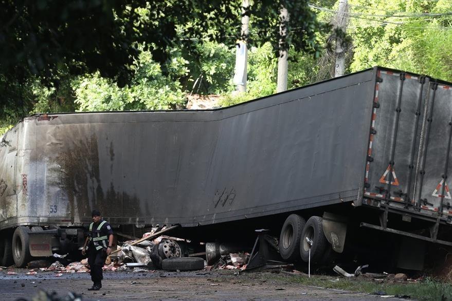 El sedán quedó destruido por el impacto. (Foto Prensa Libre: LPG)