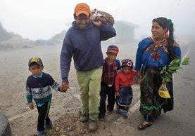 Varias familias regresaron a sus hogares en la aldea Las Brisas, Tajumulco, San Marcos, acompañados de elementos castrenses. (Foto Prensa Libre: Cortesía Ejército de Guatemala)