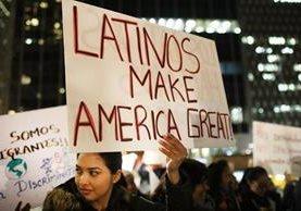 """Inmigrantes participan en una reunión del día de San Valentín en Nueva York llamada """"amor lucha detrás"""".(AFP)."""
