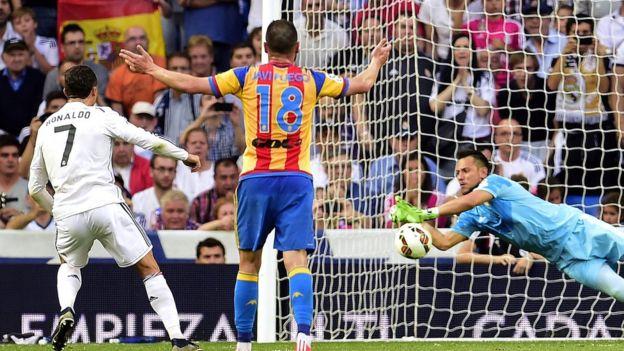 El portugués Cristiano Ronaldo va perdiendo el duelo contra Alves, quien le ha detenido dos de los tres penaltis que ha cobrado. (Getty)