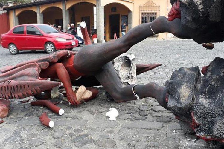 Desconocidos derriban la imagen del diablo del barrio La Concepción, Antigua Guatemala. (Foto Prensa Libre: Renato Melgar)