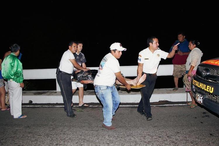 Socorristas trasladan a un centro asistencial a un hombre que cayó al río Ocosito cuando conducía un automóvil, en Nuevo San Carlos, Retalhuleu. (Foto Prensa Libre: Rolando Miranda)