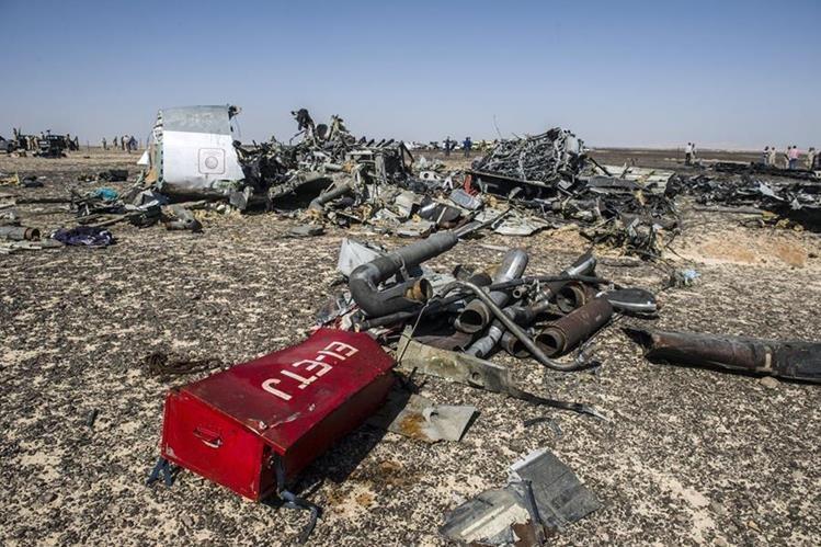Escombros del avión ruso que se estrelló en una zona montañosa del Sinaí. (Foto Prensa Libre:AFP).