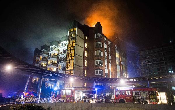 Socorristas en plena labor de sofocar las llamas en el hospital aleman. (Foto: AFP).