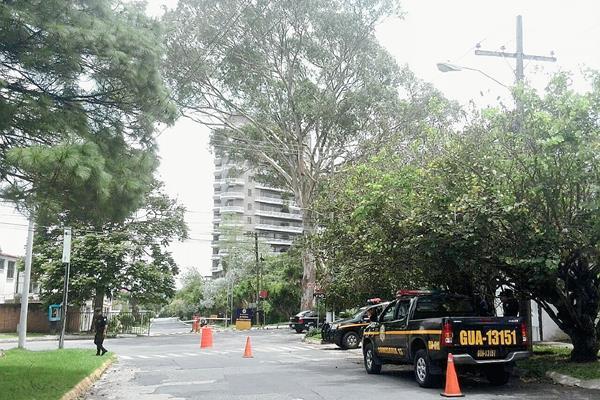Patrullas de la PNC resguardan ingreso a colonia donde vive el Presidente Otto Pérez Molina. (Foto Prensa Libre: Esbin García)