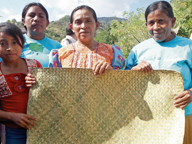 Viviana  López Marco —derecha— vive  en Oquén, Jocotán, Chiquimula, donde, junto a sus hijas, elabora petates para ganar algo de dinero.  En el país las mujeres son más vulnerables al desempleo; ocho de cada 10 no cuentan con un trabajo.