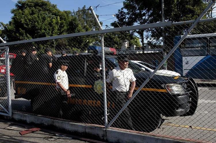 GUA6002. CIUDAD DE GUATEMALA (GUATEMALA), 05/09/2015. Policía Nacional Civil de Guatemala resguarda la entrada al centro de computo del Tribunal Supremo Electoral, donde se reunirá la información sobre los resultados de las elecciones generales que se realizarán este domingo en Guatemala hoy, sábado 5 de septiembre de 2015, en Ciudad de Guatemala. Los 7,5 millones de guatemaltecos habilitados para emitir su sufragio han sido convocados a las urnas para elegir a presidente y vicepresidente para el período 2016-2020, en un proceso electoral donde también se designará a 158 diputados, 20 legisladores al Parlamento Centroamericano y 338 corporaciones municipales. EFE/Esteban Biba