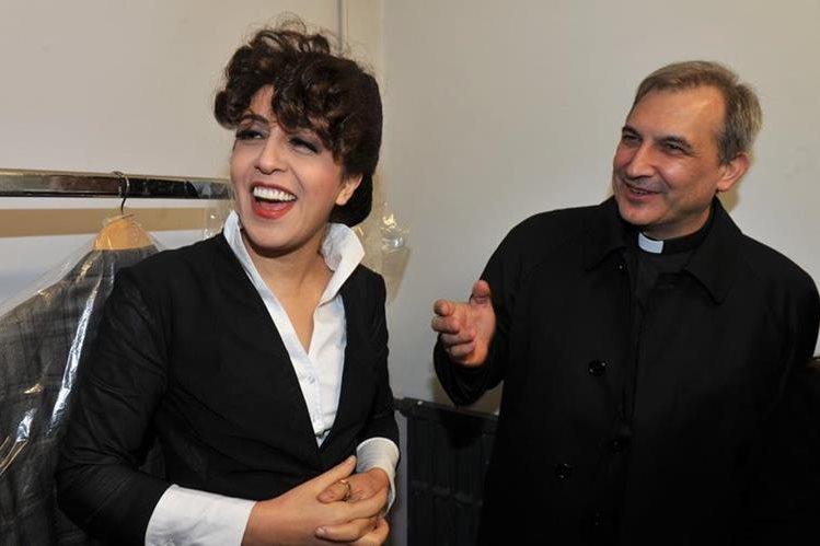 Monseñor Lucio Angel Vallejo Balda (derecha) junto a Francesca Chaouqui (izquierda), en una actividad a principios de año. Ambos son acusados de filtrar documentos confidenciales por el Vaticano. (Foto Prensa Libre: AFP).